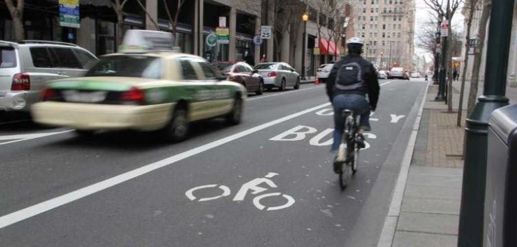 A shared lane for buses and bikes on Chestnut Street. (Emma Lee/WHYY)