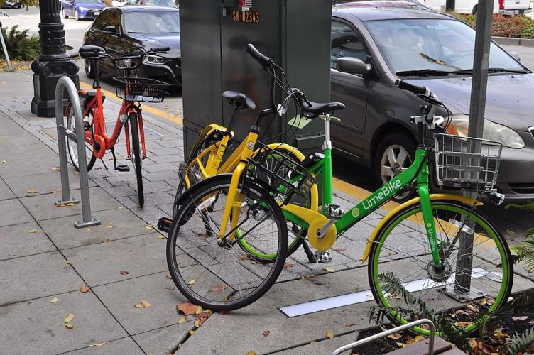 Bikes from three different dockless bike providers share a Seattle street. (Photo credit: Joe Mabel)