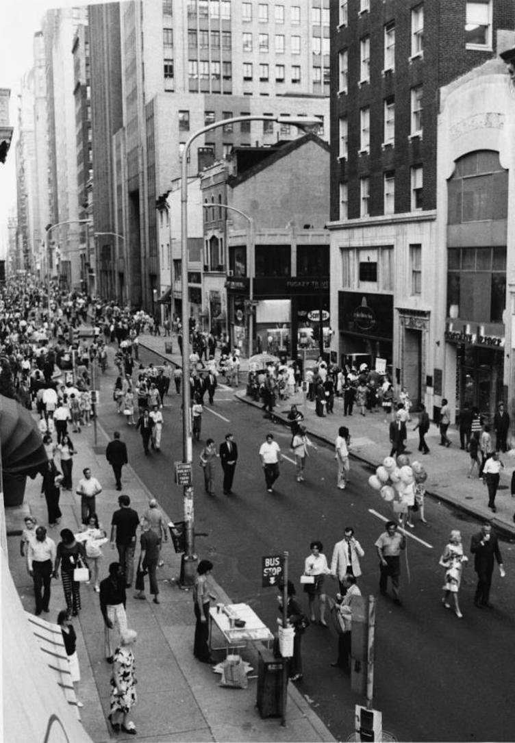 Walk on Walnut, 1971 | Credit: Joshua Bernstein, Special Collections Research Center, Temple University Libraries, Philadelphia, PA.